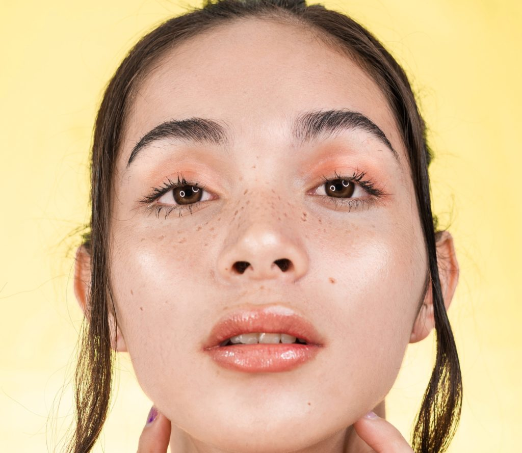 Spring beauty trend 2021 faux freckles